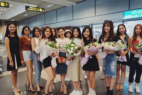 """Top 18 Miss Teen đã làm """"náo loạn"""" sân bay Nội Bài vì quá xinh đẹp và dễ thương. Nhiều du khách đã đề nghị được chụp ảnh cùng các cô gái nhưng lịch trình bận rộn không cho phép họ nán lại lâu."""