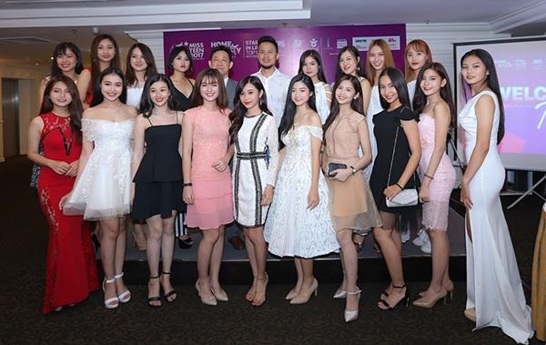 TOP 18 thí sinh chụp ảnh cùng BTC và đại diện Tổng cục du lịch Hàn Quốc tại Việt Nam