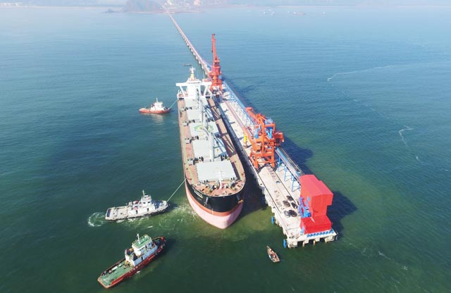Cầu cảng Vissai Nghi Thiết có khả năng tiếp nhận tàu trọng tải 70.000 tấn cập cảng bốc dỡ hàng hóa. Trong ảnh là tàu KM VANCOUVER mang quốc kỳ Canada - con tàu quốc tế xông đất cầu cảng Vissai