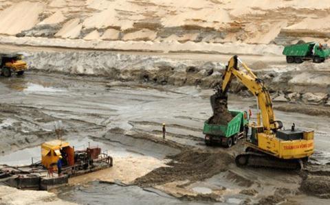 Trong khi tỉnh Hà Tĩnh không muốn thực hiện tiếp dự án mỏ sắt Thạch Khê thì Bộ Công Thương cho rằng chưa đủ cơ sở để đề xuất dừng.
