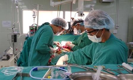 Sau cuộc phẫu thuật khẩn nguy, các bác sĩ đã cứu được người bệnh