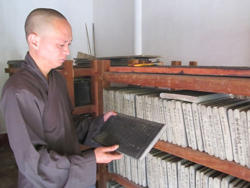 Mỗi mộc bản kinh Phật chùa Bổ Đà được xem như một tác phẩm nghệ thuật điêu khắc hoàn chỉnh. Ảnh: Ngọc Dưỡng.