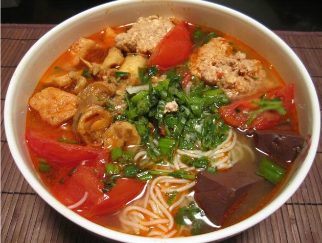 Bún riêu là món ăn có vị chua thanh, ăn mùa hè rất mát nên được người Việt Nam rất ưa thích.