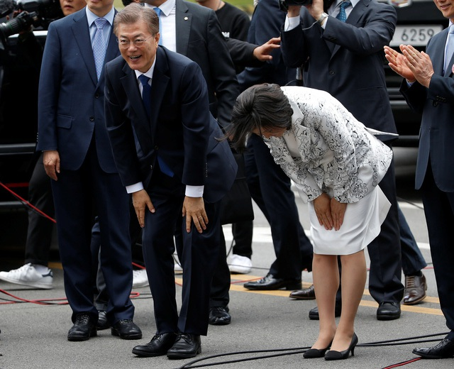 Tổng thống Hàn Quốc Moon Jae-in và phu nhân cúi chào người ủng hộ sau khi nhậm chức