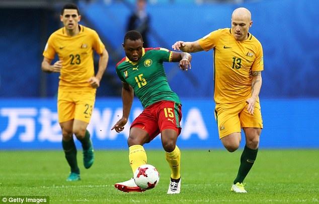 Aaron Mooy (Australia, phải) tranh bóng với Sebastien Siani (Cameroon, giữa)