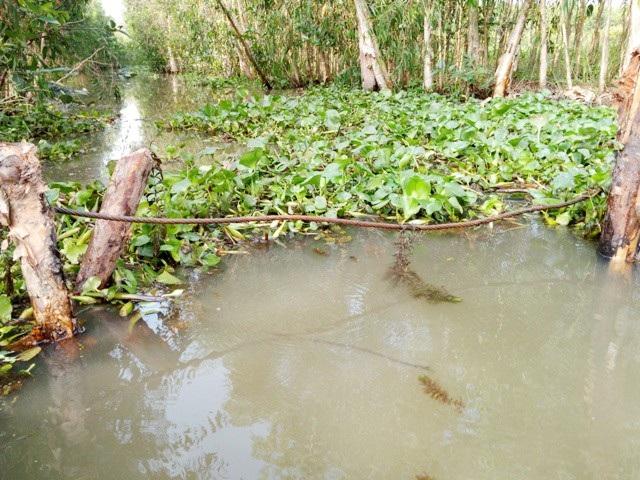 Đầu kênh còn lại cũng bị phía ông Nguyễn Văn Vũ chắn nốt...