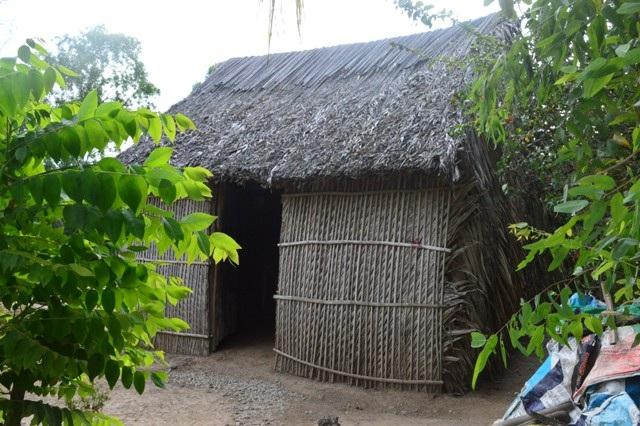 Một hộ nghèo vẫn chưa có điện sử dụng.