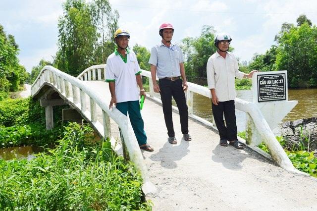 Một trong những cây cầu do nhóm nông dân ở xã Tân Long xây dựng.