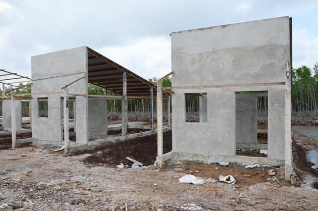 Một số ngôi nhà vẫn còn xây dang dở.