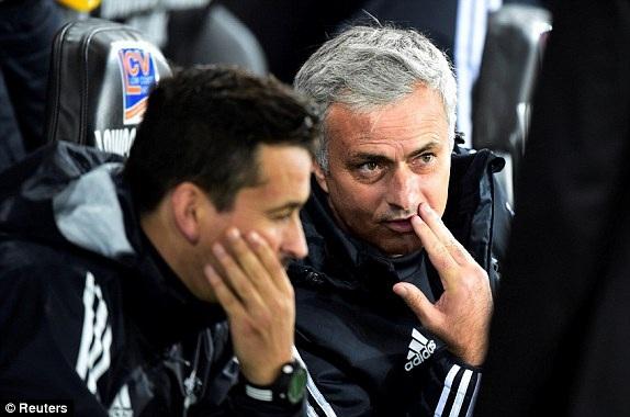 Mourinho (phải) nói chuyện với trợ lý trên khu vực kỹ thuật của MU