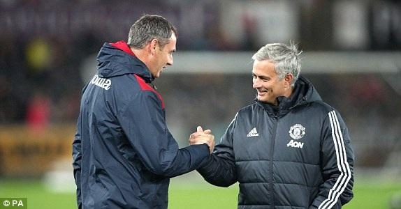 Clement (trái) bắt tay Mourinho (phải) trước trận đấu, hai người từng làm việc cùng nhau