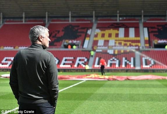 Mourinho kiểm tra sân The Light trước khi học trò ra khởi động