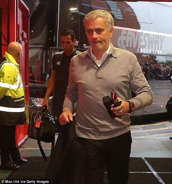 Mourinho cùng các học trò tiến vào Old Trafford