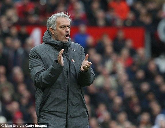 Mourinho hò hét chỉ đạo học trò thi đấu