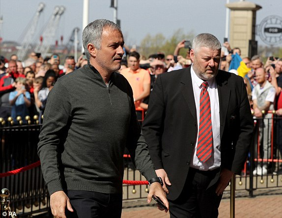 Mourinho (trái) cùng các học trò tiến đến The Light để chuẩn bị cho trận đấu thuộc vòng 32 Premier League