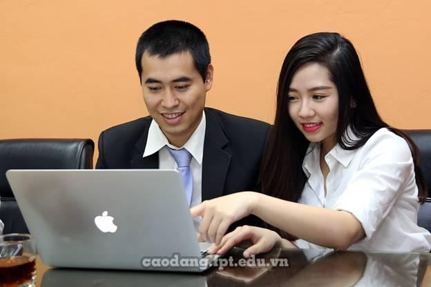 Ông Vũ Chí Thành - Giám đốc Cao đẳng thực hành FPT Polytechnic tư vấn trong buổi tọa đàm.