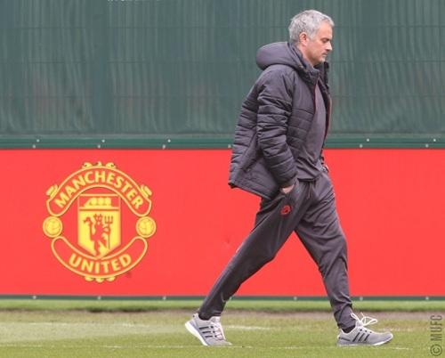 Mourinho bước ra sân tập của MU ở AON Training Complex chuẩn bị cho đội thi đấu với Anderlecht ở lượt về tứ kết Europa League