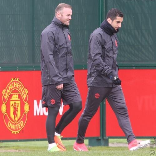Rooney (trái) ra sân cùng Mkhitaryan. Đội trưởng của MU đã thực sự bình phục chấn thương và tham gia trọn vẹn buổi tập của MU