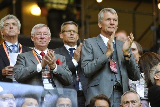 Cựu huấn luyện viên Alex Ferguson (trái) và cựu giám đốc điều hành David Gill (phải) tới xem MU thi đấu chung kết Europa League. Bộ đôi này từng phối hợp với nhau rất ăn ý trong thời gian họ cùng làm việc ở MU để giúp Quỷ đỏ gặt hái được rất nhiều thành công. Cả hai đều cùng rời Old Trafford sau mùa giải 2012/13, trong khi Alex Ferguson nghỉ hưu thì Gill chuyển sang làm Phó chủ tịch FA