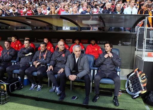 Mourinho (thứ hai từ phải sang) cùng các thành viên ban huấn luyện và cầu thủ dự bị của MU cho trận chung kết Europa League. Gương mặt của chiến lược gia người Bồ Đào Nha khá đăm chiêu. Có thể nói thành bại cả một mùa giải của Quỷ đỏ phụ thuộc vào trận đấu này