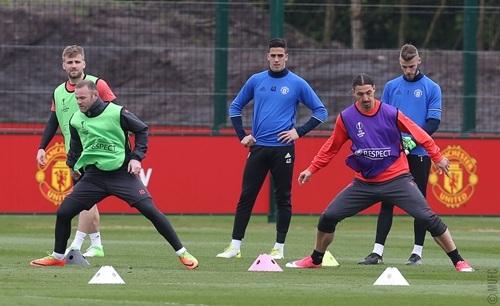 Rooney (trái), Ibrahimovic (phải) tham gia khởi động theo đôi