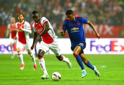 Rashford (phải) đi bóng trước sự truy cản của Davinson Sanchez. Tiền đạo trẻ người Anh được xếp đá tiền đạo cắm trong trận đấu cuối cùng của MU