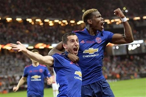 Mkhitaryan và Pogba ăn mừng sau khi giúp MU có được bàn thắng