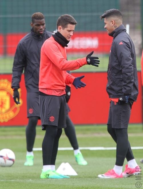 Herrera (giữa) nói chuyện với Rojo, tiền vệ người Tây Ban Nha có vẻ nghiêm túc trong khi hậu vệ người Argentina lại mỉm cười