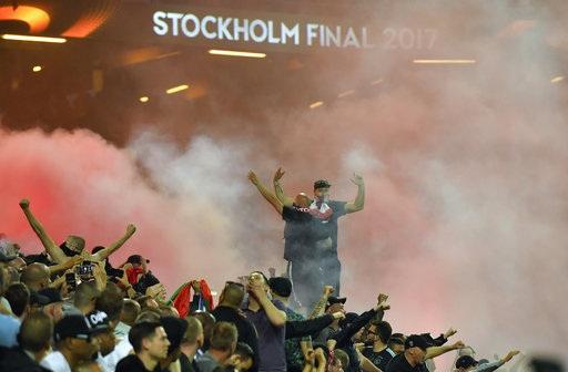 Pháo sáng tạo khói phủ kín khán đài của Friends Arena. Theo con đường chính thông, Ajax cũng như MU chỉ được phân phối 7 nghìn vé mỗi đội, trong khi đó sân vận động ở Stockholm có sức chứa khoảng 50 nghìn chỗ ngồi. Số vé còn lại được phân phối theo nhiều con đường khác nhau (cho nhà tài trợ, bán công khai...)