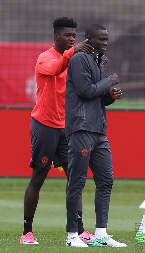 Bailly (phải) chắc chắn sẽ có vị trí ra sân chính thức bởi trong tay của Mourinho giờ chỉ còn hai trung vệ