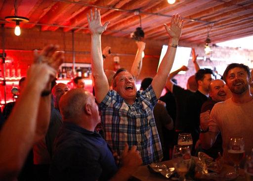 Niềm vui của cổ động viên MU tại một quán rượu gần sân bóng sau khi đội bóng của họ có được bàn nhân đôi cách biệt