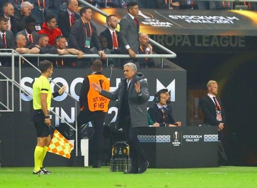 Mourinho phản ứng với trợ lý trọng tài trong một tình huống diễn ra trên sân