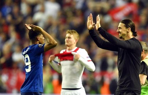 Ibrahimovic (phải) xuống sân chúc mừng Rashford. Tiền đạo người Thụy Điển dính chấn thương nặng nên bỏ lỡ giai đoạn cuối mùa, tuy nhiên anh vẫn đóng góp lớn cho thành công của MU mùa này và tất nhiên cả ở Europa League. Ibra vẫn được trao huy chương vàng.