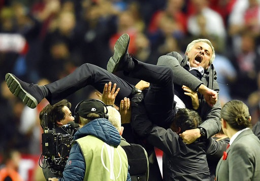 Các trợ lý công kênh Mourinho sau trận đấu