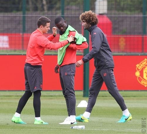 Tiền vệ người Tây Ban Nha giúp đồng đội mặc áo bib