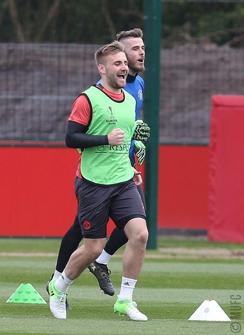 Shaw và De Gea trên sân tập, nhiều khả năng cả hai sẽ chỉ ngồi dự bị ở trận này. Mourinho tin tưởng Romero cho đấu trường Europa League nên De Gea phải ngồi dự bị, trong khi Shaw chưa thực sự chiếm được niềm tin của Mourinho