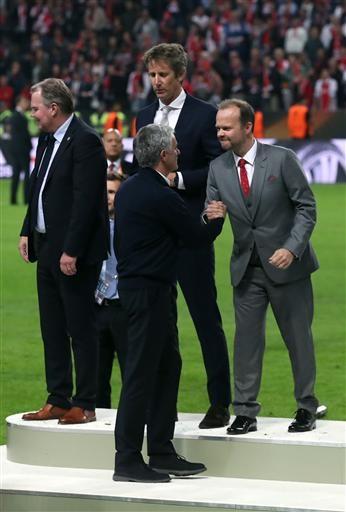 Mourinho nhận lời chúc mừng của Phó chủ tịch kiêm giám đốc điều hành MU - Ed Woodward