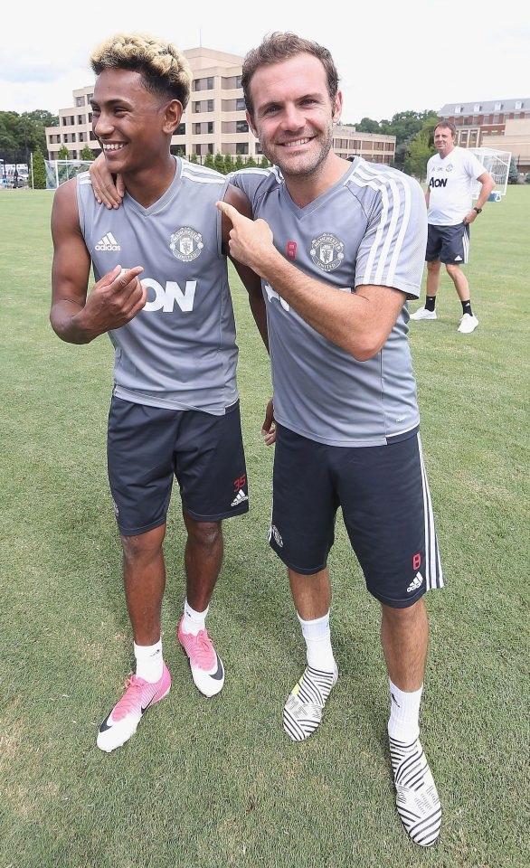 Demetri Mitchell (trái) đùa vui với Mata (phải) Tiền vệ người Tây Ban Nha có đôi giày khá lạ mắt