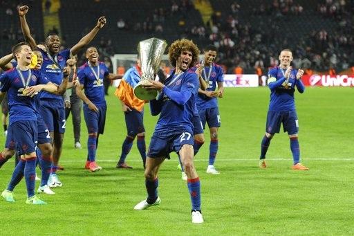 Fellaini và các cầu thủ MU đầy phấn khích trước thành công của đội bóng ở sân chơi châu Âu