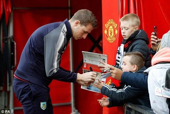 Cầu thủ Chris Wood của Burnley ký tặng người hâm mộ