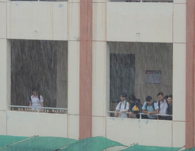 Học sinh nhiều tỉnh thành ở phía Nam nghỉ học trong hai ngày để tránh bão số 16