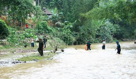Sau hơn một ngày đêm tìm kiếm, lực lượng chức năng đã tìm thấy thi thể cháu Lý Hải Phong trong vụ gia đình bị lũ cuốn trôi cả xe ô tô.