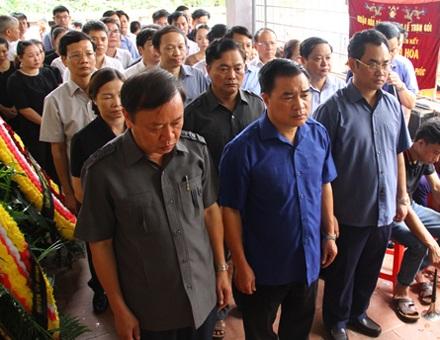 Ông Bùi Xuân Hoà, Phó Bí thư Tỉnh uỷ Thái Nguyên (đứng giữa hàng đầu), cùng lãnh đạo tỉnh Thái Nguyên đến chia buồn cùng gia đình nạn nhân Lý Hải Lân.