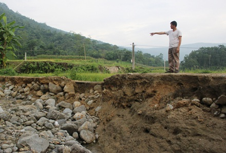 Một đoạn đường bị sạt lở do nước lũ tại xóm Nà Chú, xã Linh Thông (Định Hóa, Thái Nguyên).
