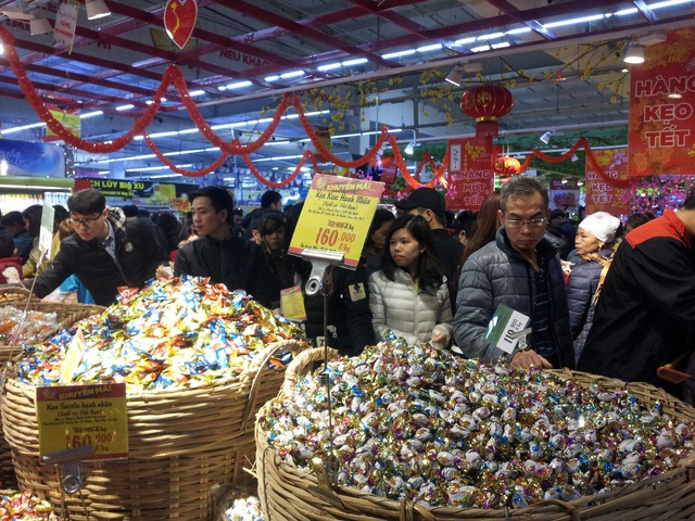 Những ngày giáp Tết Nguyên Đán thường không khó để bắt gặp cảnh người dân chen chân nhau mua sắm tại các trung tâm thương mại, siêu thị hay chợ.