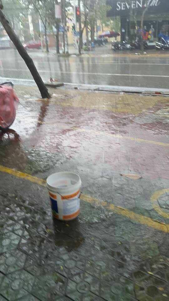 Trước đó một ngày, vào 5/6, những cơn mưa đầu tiên đã xuất hiện tại nhiều tỉnh miền Trung bao gồm Vinh - Nghệ An giúp giải tỏa cái nóng rát mặt