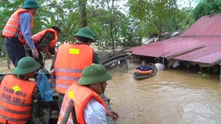Lực lượng quân đội Quân khu 2 đưa người dân ra khỏi vùng lũ.