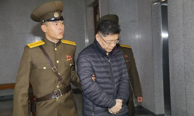Mục sư Hyeon Soo Lim bị áp giải tại Triều Tiên (Ảnh: CBN)