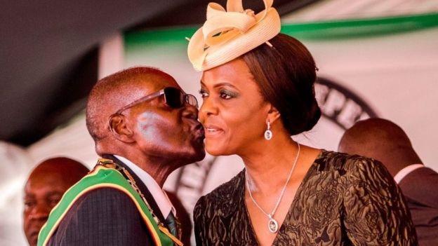 Tổng thống Zimbabwe cùng người vợ 2, Grace Mugabe (Ảnh: AFP)