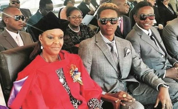 Hai quý tử của Tổng thống Mugabe bên người mẹ quyền lực. (Ảnh: The Herald)